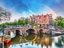 有典型的荷兰房子和彩虹的,荷兰阿姆斯特丹运河, 免版税库存图片