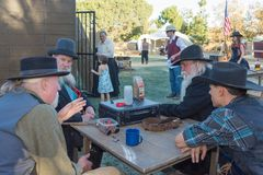 有典型的衣物的参加者在风滚草节日期间 图库摄影