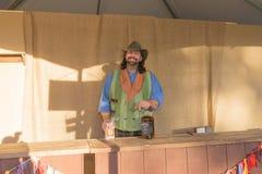 有典型的衣物的参加者在风滚草节日期间 免版税库存图片