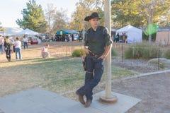有典型的衣物的参加者在风滚草节日期间 免版税库存照片
