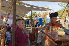 有典型的衣物的参加者在风滚草节日期间 库存照片