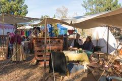有典型的衣物的参加者在风滚草节日期间 免版税图库摄影