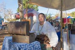 有典型的衣物的参加者在风滚草节日期间 库存图片