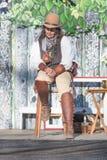 有典型的衣物的讲故事者在风滚草节日期间 库存照片
