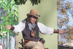 有典型的衣物的讲故事者在风滚草节日期间 免版税图库摄影