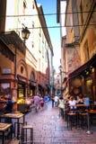 有典型的餐馆的胡同在波隆纳,意大利 库存图片