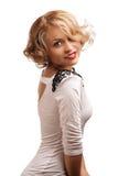 有典雅的空白礼服的美丽的白肤金发的妇女。 免版税库存图片