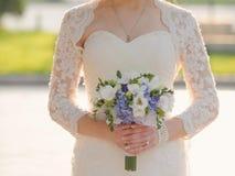 有典雅的花束的新娘 免版税库存图片