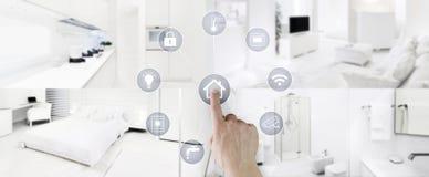 有内部、客厅、厨房、卧室和卫生间的巧妙的家庭控制概念手接触象屏幕弄脏的 免版税库存照片