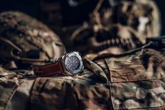 有军服的精密手表在桌上 免版税图库摄影