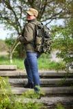 有军用夹克和军队背包的妇女 免版税库存照片
