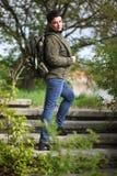 有军用夹克和军队背包的妇女 免版税库存图片