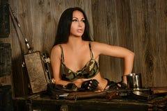 有军队枪的美丽的性感的妇女 库存图片