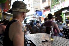 有军队纹身花刺的美国陆军退伍军人在他的肩膀和ne 免版税库存照片