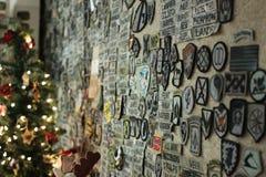 有军队补丁的墙壁 图库摄影