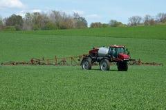 有农业喷雾器机器的拖拉机 免版税库存图片