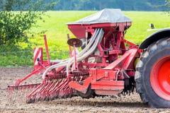 有农业机器的拖拉机在农田 图库摄影