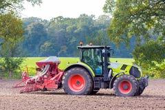有农业机器的拖拉机在土地 库存图片