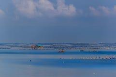 有农厂房子和小船的牡蛎农场 免版税图库摄影