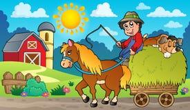 有农夫的干草推车在农场附近 库存图片