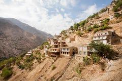 有农村房子的山村山坡的热的晴天 免版税库存照片