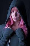 有冠乌鸦的桃红色头发的女孩 免版税库存图片