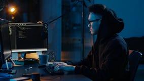 有冠乌鸦的黑客使用网络攻击的计算机 股票视频