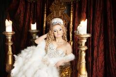 有冠和王位的自豪感华美的女王/王后 宫殿 库存图片