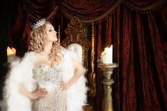 有冠和王位的自豪感女王/王后 宫殿 免版税库存照片