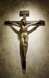 有冠哥特式十字架的被迫害的耶稣基督 免版税库存图片