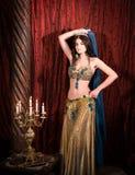 有冠的东部公主 可爱,肉欲的妇女在豪华宫殿 库存图片