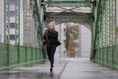 有冬天夹克的白肤金发的妇女 免版税图库摄影