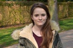 有冬天夹克的逗人喜爱的十几岁的女孩 库存照片