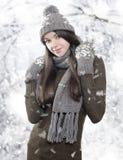 有冬天衣裳的美丽的年轻浅黑肤色的男人 图库摄影