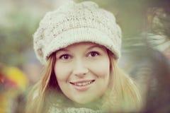 有冬天帽子的可爱的妇女 免版税图库摄影