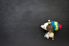 有冬天帽子的木狗玩偶玩具 库存图片
