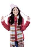 有冬天时尚的逗人喜爱的女孩在演播室 免版税图库摄影
