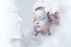 有冬天样式构成和灯笼的美丽的妇女 免版税库存照片