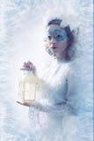 有冬天样式构成和灯笼的美丽的妇女 免版税库存图片