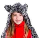 有冬天灰色似猫的毛皮围巾帽子的白肤金发的孩子女孩在白色 免版税图库摄影
