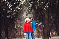 有冬天的夫妇乐趣使用 库存照片