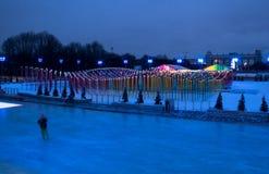 有冬天装饰的滑冰场在莫斯科中央公园 免版税库存照片