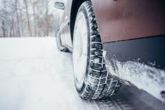 有冬天轮胎的汽车在雪道 库存照片