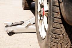 有冬天钉和土的车胎 轮子的替换在新的季节前的, 免版税库存照片