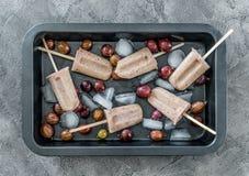 有冰和冰淇凌的从鹅莓, topview盘子 免版税库存照片