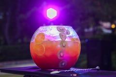 有冰和果子的玻璃花瓶鸡尾酒的在晚上 免版税库存图片