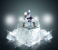 有冰块的曲棍球运动员 免版税库存图片