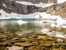 有冰山的Mountain湖,冰川国家公园,美国 免版税库存照片