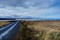 有冰岛风景的空的街道有往Reykjavi的看法 库存照片
