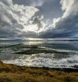 有冰川的Winter风景结冰的湖和在集成电路的多云天空 图库摄影